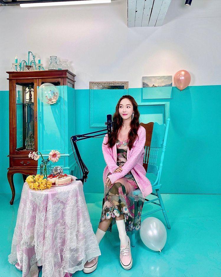 Jessica身穿FENDI粉色外套56,000元、花卉設計洋裝10萬6,000...