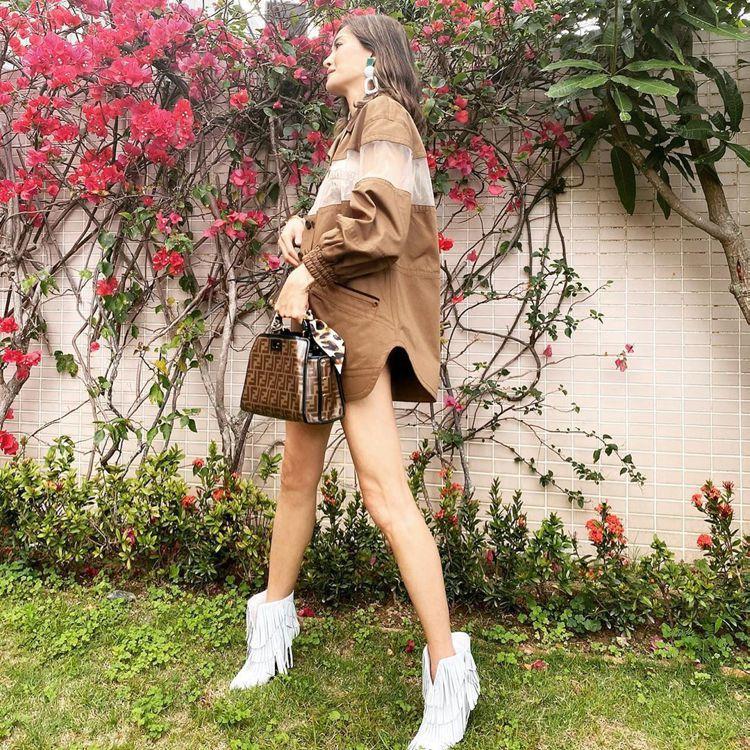 周汶錡穿FENID春夏鏤空外套洋裝92,000元,手拿Mini FF Logo設...