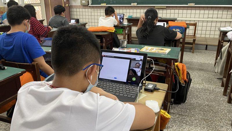 花蓮縣政府實施全遠距教學演練,國小生帶筆電或平板電腦到學校上課。記者王思慧/攝影