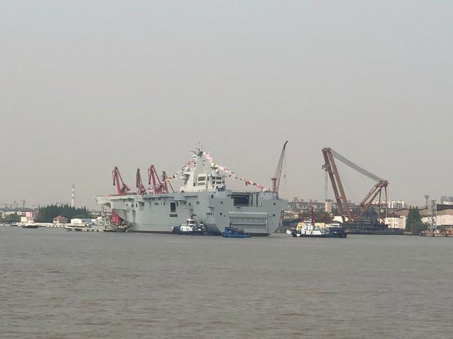 大陸第二艘075型兩棲攻擊艦22日在上海下水。 (取自《觀察者網》)