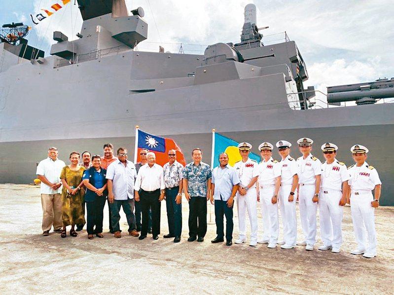 敦睦艦隊日前造訪帛琉時,與帛琉副總統Raynold Oilouch(右七)合影。 圖/取自駐帛琉大使館臉書