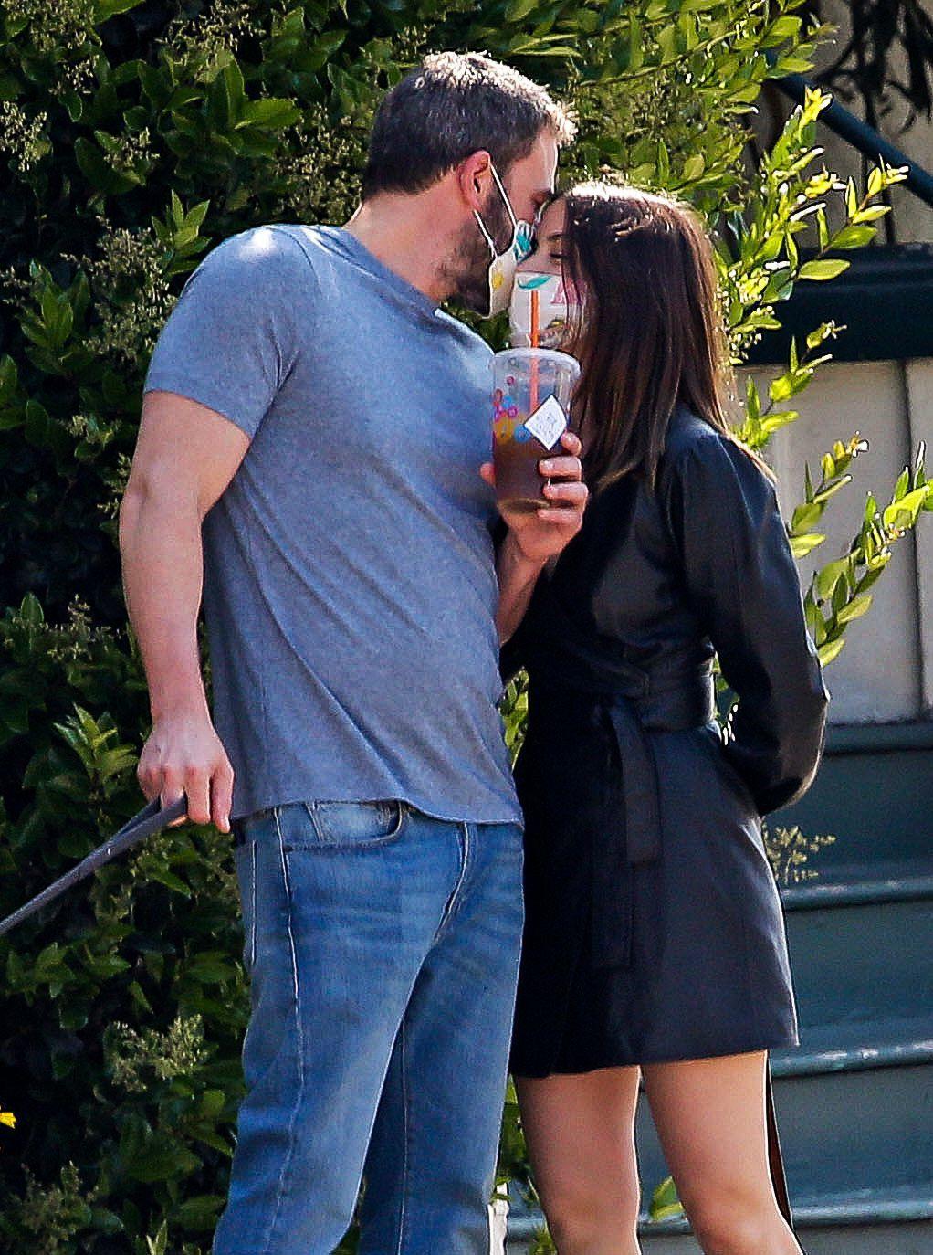 班艾佛列克大街上隔著口罩親吻安娜迪阿瑪斯。圖/達志影像