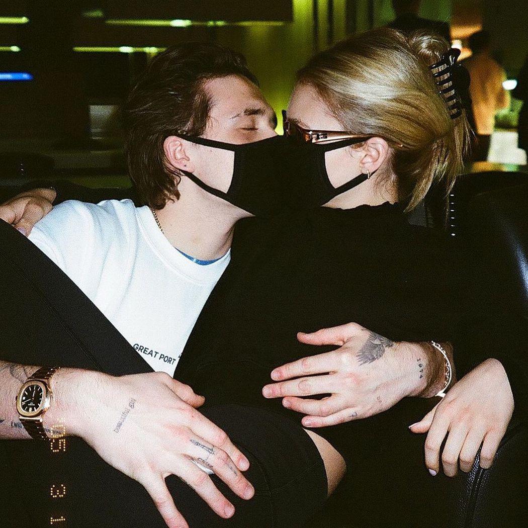 布魯克林貝克漢與妮可拉佩茲隔著口罩接吻,卻並不安全。圖/摘自Instagram
