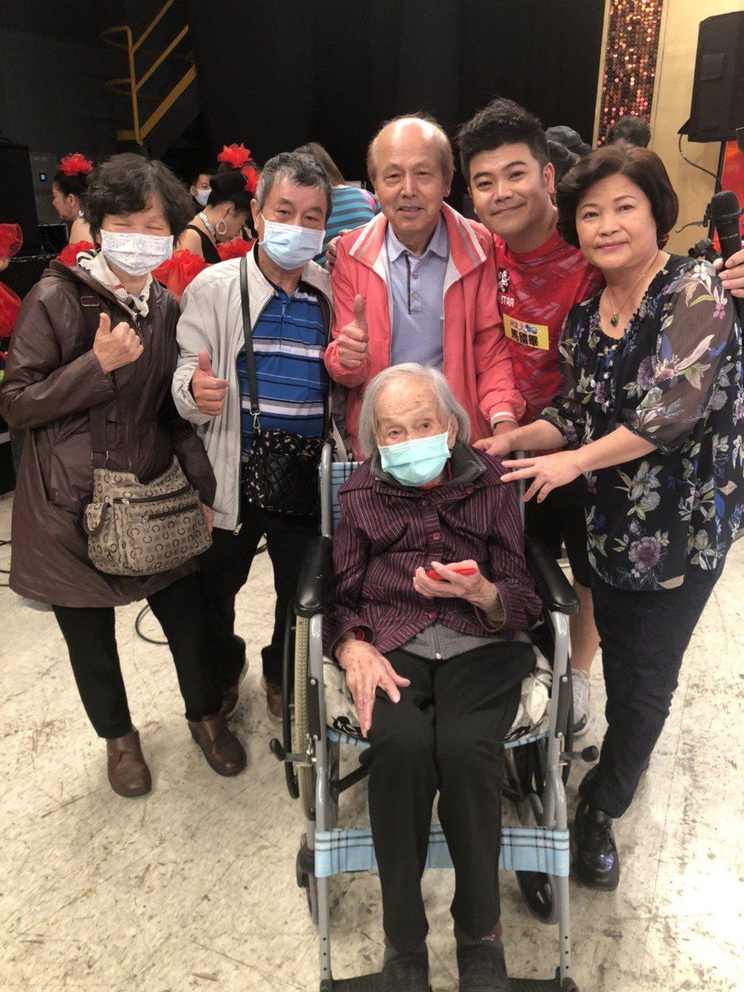 馬國畢(右二)跟媽媽(右一)、阿嬤(坐者)一起上「綜藝大集合」錄影,中為馬國畢父...