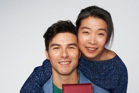 母親節將至,鳳小岳和媽媽為了「FlowerFlower 花的」精品玫瑰花品牌同框,現場兩人超親密的自然互動,也勾起他過去跟媽媽的許多回憶:「其實從小開始,因為媽媽劇團表演的關係,經常跟著她世界各國到...