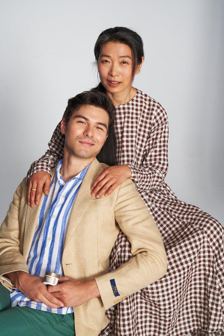 鳳小岳和媽媽孫麗翠一同入鏡。圖/FlowerFlower花的提供