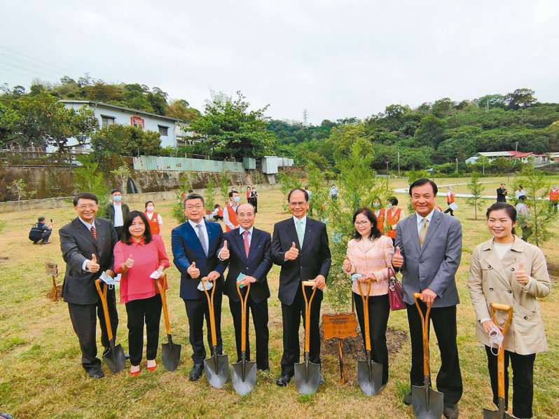 前後任的立法院長王金平(左四)、游錫堃(右四)、蘇嘉全(右二),昨一起參加地球日植樹活動。 記者黃寅/攝影