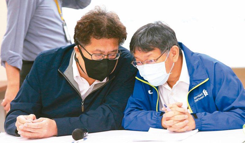 台北市長柯文哲昨出席市議會民進黨團會議,與總召林世宗(左)交換意見。 記者徐兆玄/攝影