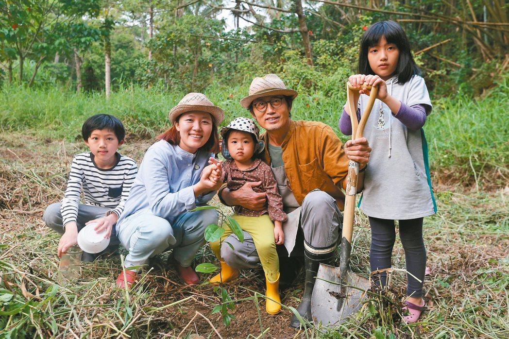 盧銘世(右二)帶妻子與三個孩子種家族樹,在土地種下情感座標。 記者黃仲裕/攝影