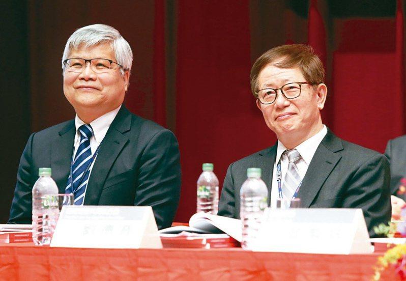 台積電總裁魏哲家(左)與董事長劉德音(右)去年酬金同領2.93億元。圖/聯合報系資料照片