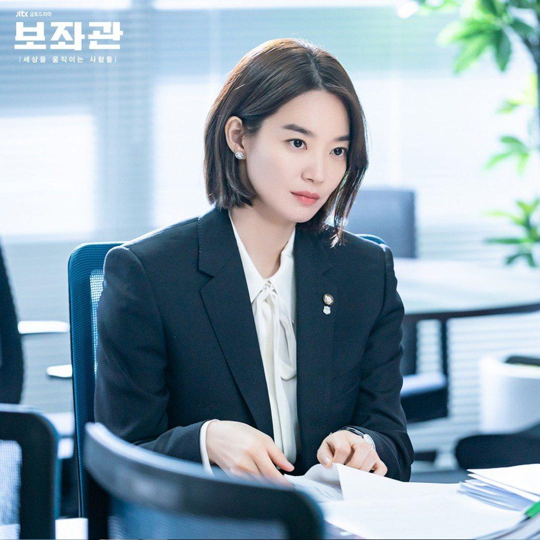 「輔佐官」劇照,新慜娥在劇中擔任議員及黨發言人。圖/擷自JTBC Drama臉書