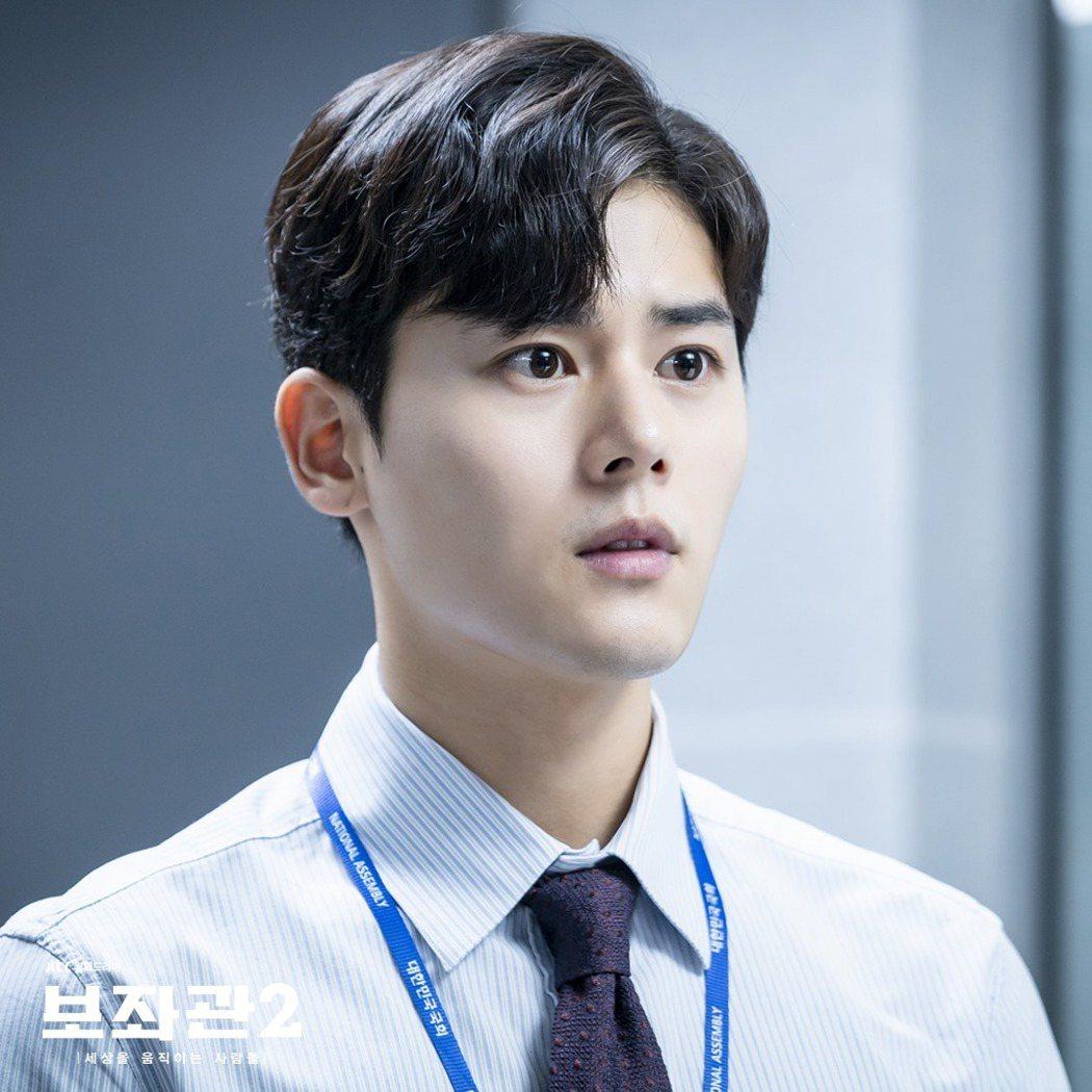 「輔佐官」劇照,金桐俊演出議員辦公室實習生。圖/擷自JTBC Drama臉書