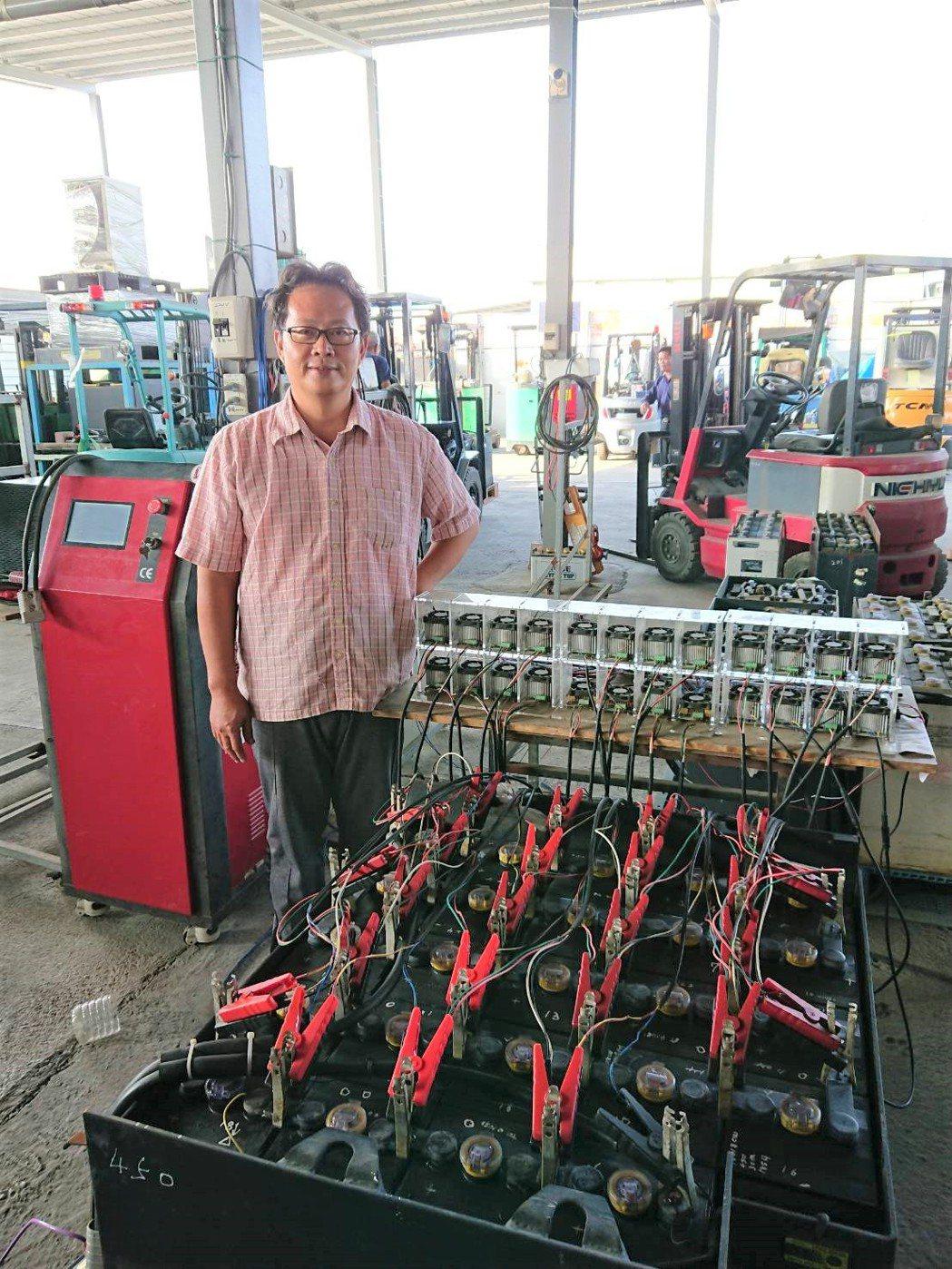 日日興能源科技經理王士豪展示自行研發的鉛酸電池活化再生、養護修護技術。莊智強/攝...