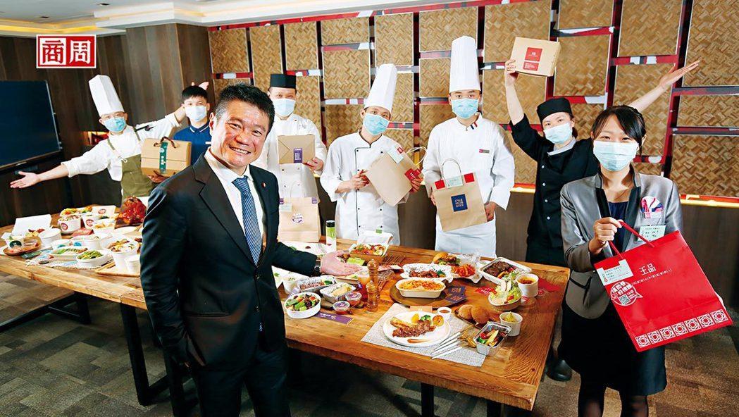 採訪當天,王品在200公分長桌上,擺滿要外送的菜餚。執行長李森斌(前)說,他跟董...