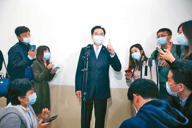 吳釗燮在會前接受媒體訪問時表示,我們送給外國口罩是為了幫忙防疫,沒有政治目的。 記者邱德祥/攝影