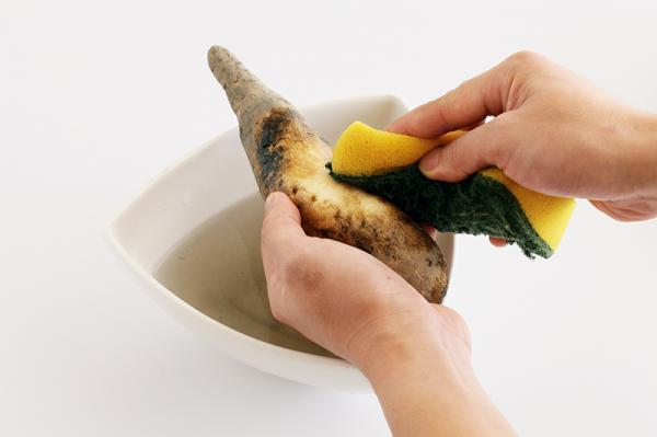 將要煮的地瓜用菜瓜布刷洗乾淨,可連皮一起烹調、食用。 圖片來源/台灣好食材(...