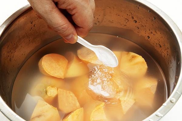 地瓜用鹽水浸泡,防止氧化變黑。 圖片來源/台灣好食材(王正毅)