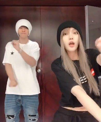 周揚青(右)曾和小豬拍攝跳舞影片。圖/摘自微博