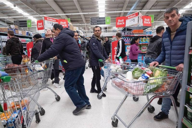 3月15日,在英國倫敦的一家超市內,顧客搶購物資。(新華社)