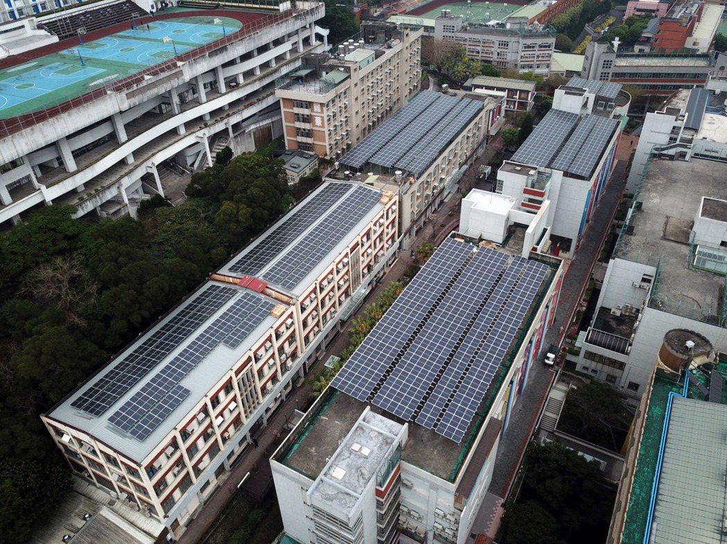 龍華科大屋頂太陽能發電場鳥瞰全景。龍華科大/提供