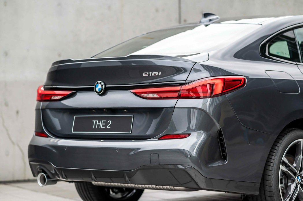 車尾承襲旗艦跑車BMW 8系列Gran Coupé富有線條的多層次設計,凸顯出全...