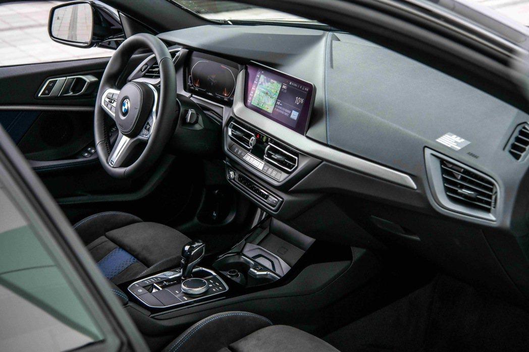 BMW全數位虛擬座艙,整合10.25吋虛擬數位儀錶與10.25吋中控觸控螢幕,提...