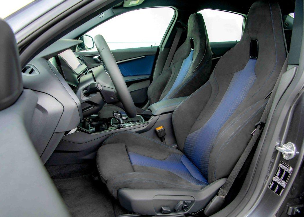 Alcantara麂皮桶型M款雙前座跑車座椅,搭配M款多功能真皮方向盤,完整釋放...