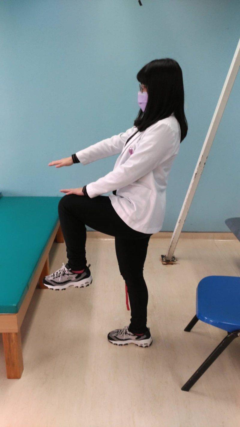 原地抬腿跑,體能較不足者可降低難度,以踏步運動代換。 圖/衛福部新屋分院物理治療...