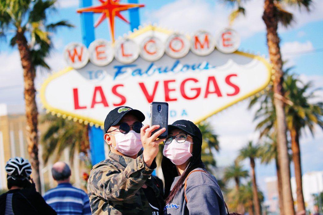 3月,拉斯維加斯遊客在觀光景點拍照。 圖/美聯社