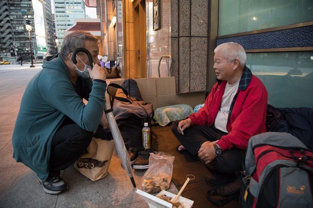 隨張耀庭一路由二二八公園漫步至台北車站,熱情的他逐一向每名街友打招呼,也能不假思...
