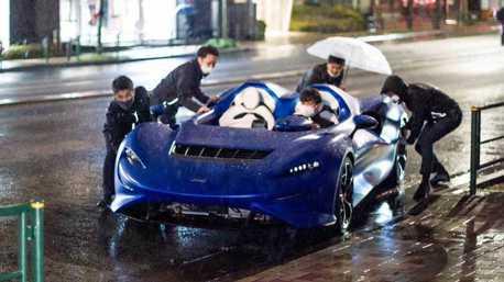 糟糕!沒有頂棚的McLaren Elva超跑遇到大雨全淋濕 工作人員忙翻