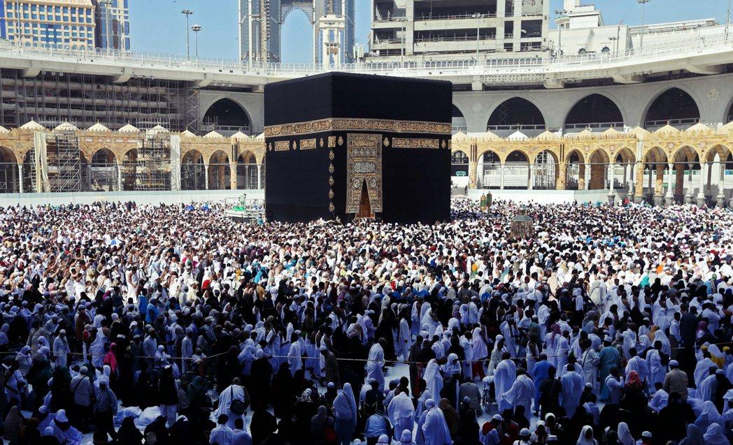 今年2月時,全球疫情尚未大淪陷,麥加禁寺擠滿的朝聖者。 圖/法新社