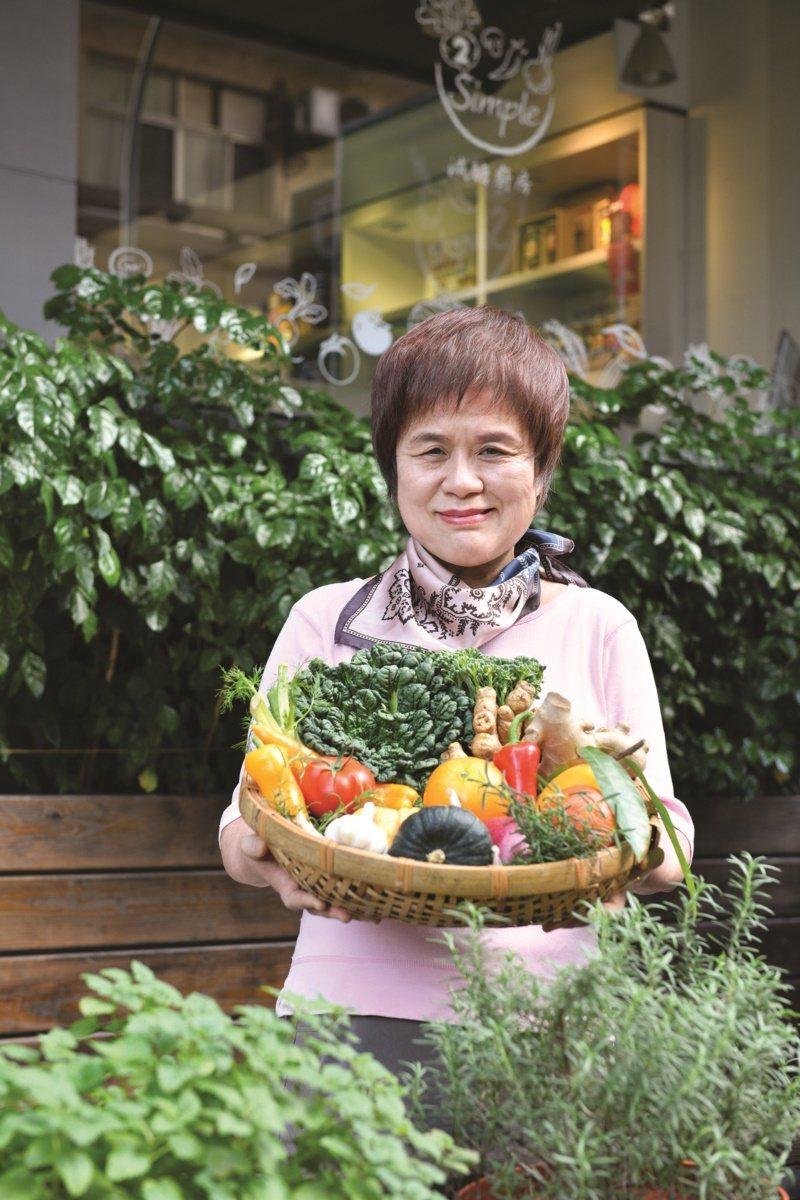 養生達人,也是餐飲名店「東雅小廚」的主理人喻碧芳。 圖/日日幸福出版提供