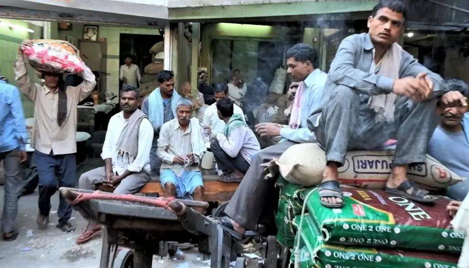 印度全國封鎖延長後,最痛苦的是從農村到都市討生活的日薪工人,他們將面對失業許久後...