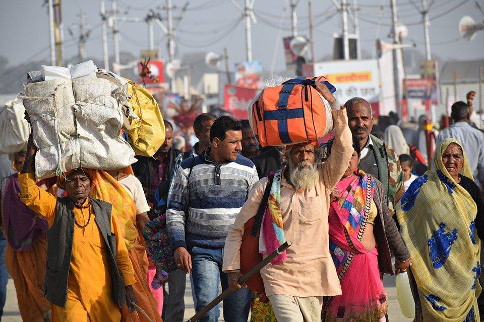 在莫迪宣布全國封鎖後,幾千萬從農村到大城市討生活的窮人和日薪工人,因失業及沒錢買...