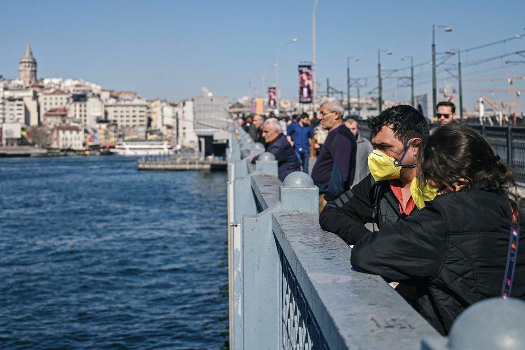 土耳其當前以防疫為重,但後續的民生、經濟、社會問題要如何解決?這樣的非常狀態能撐...