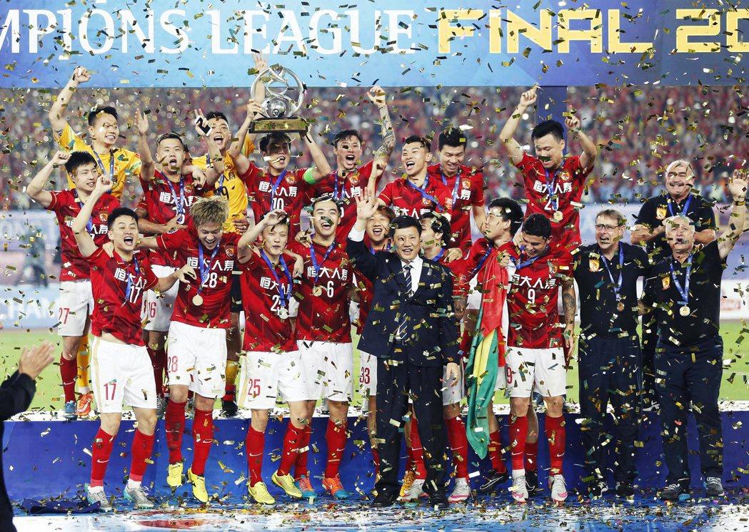 恆大2013年與2015年兩奪亞冠的黃金時刻,也是中國選手膨脹的時刻。圖為201...