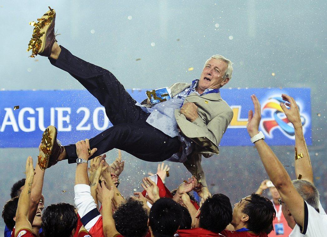 圖為恆大高價請來曾率義大利奪下世界盃冠軍的總教練里皮。 圖/美聯社