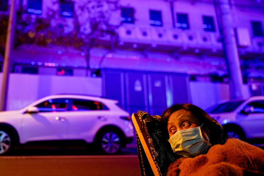 武漢解封後,坐在路旁的當地居民。 圖/路透社