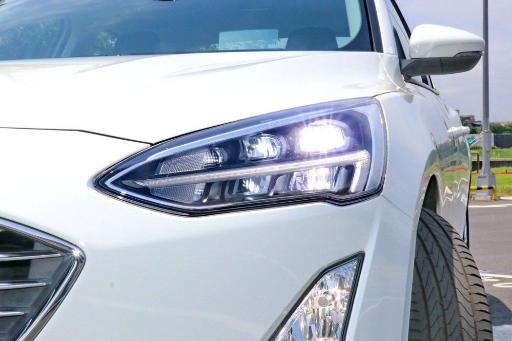 17TSR車型配備LED頭燈搭配上奪目之鐮LED日行燈。 記者陳威任/攝影