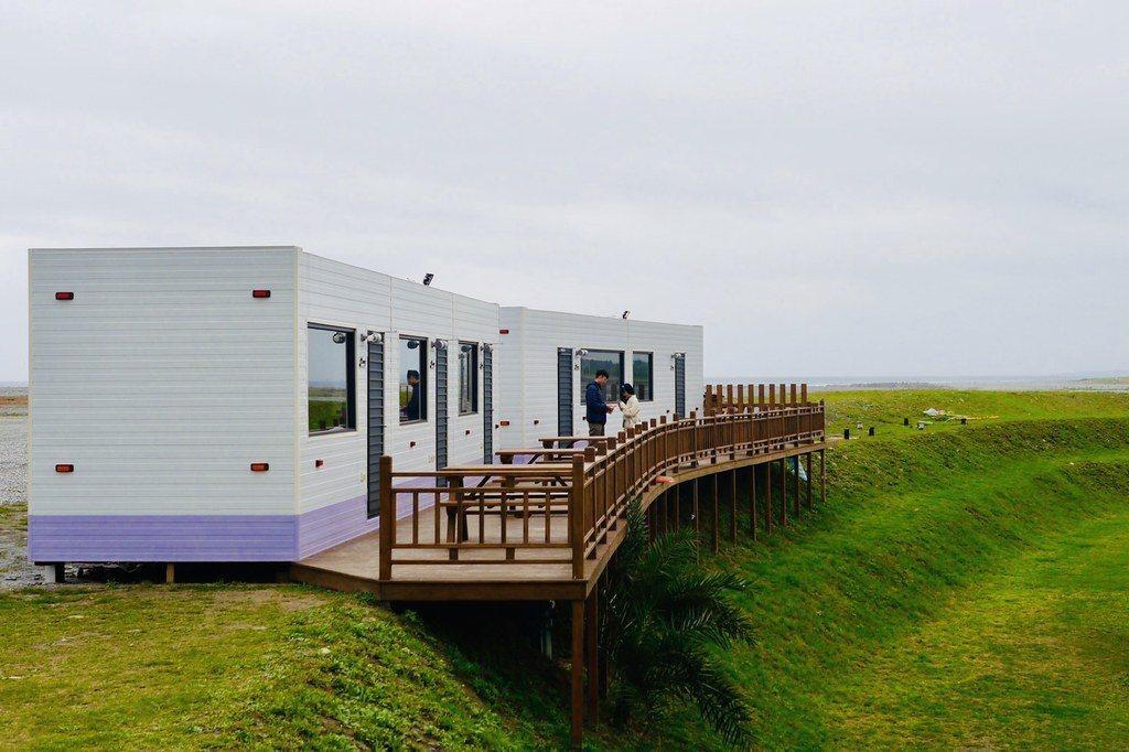 海景的貨櫃屋房,貨櫃屋經過設計是應有盡有,空調設備都有的,舒適也有獨享空間。