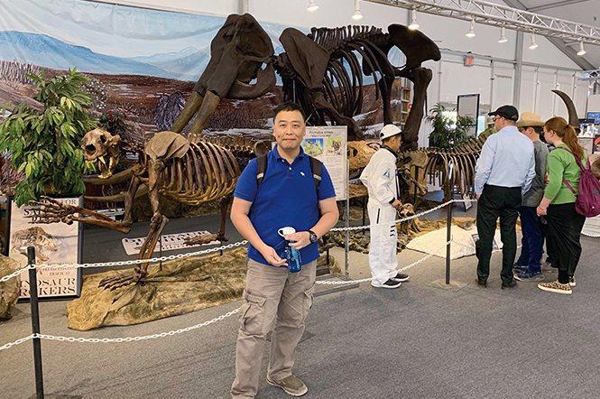 筆者位於吐桑展內的恐龍標本前拍照留念。