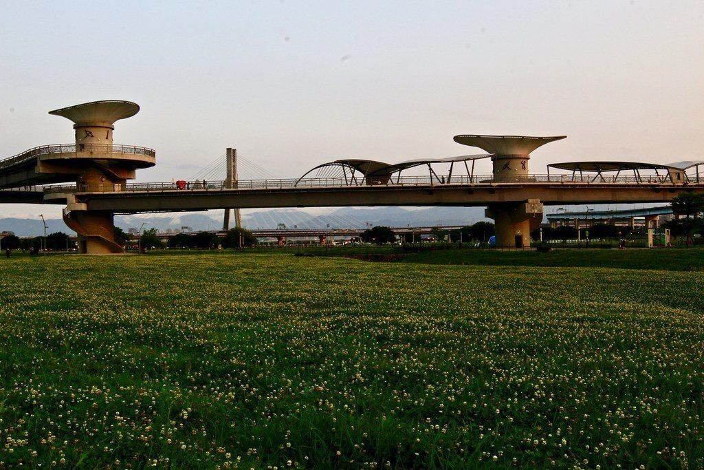 機場捷運三重站出口,辰光橋