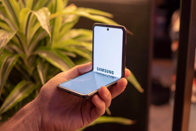 三星Galaxy Z Flip 可折疊手機獨領風騷,小米正在開發類似的翻蓋式可折疊手機。取自威鋒網