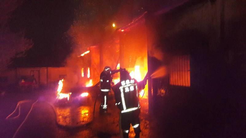 苗栗縣泰安鄉八卦村一幢平房今天凌晨近4點發生火警,大火在清晨5點多控制並撲滅。圖/苗栗縣消防局提供