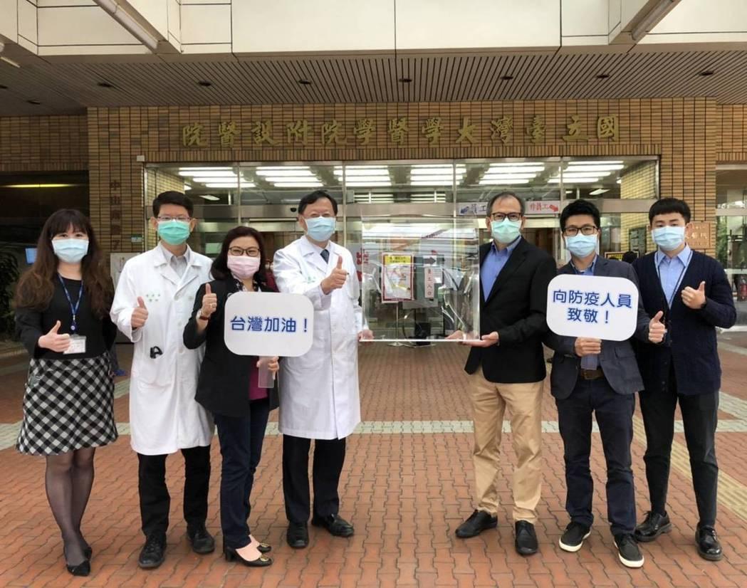 茂林光電董事長李滿祥(右三)致贈75個插管防護箱給台大醫院各院區,並由台大醫院副...