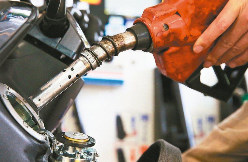 國內油價也連四周漲!中油自明(25)日凌晨零時起汽、柴油價格每公升各調漲0.5元及0.8元。圖/報系資料照片