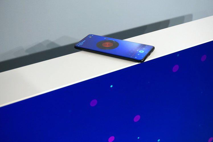 三星The Serif風格電視內建的NFC音樂連結模式,將手機輕靠電視上方NFC...