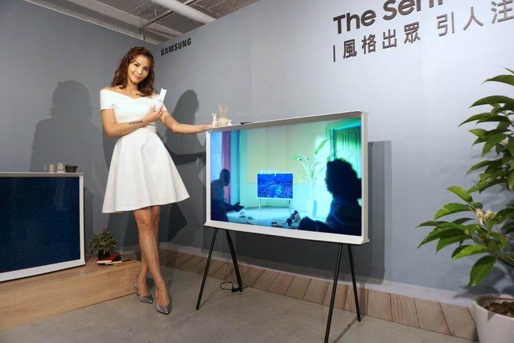 三星The Serif風格電視跳脫傳統電視造型,可直接將電視擺放於置物櫃或桌上,...