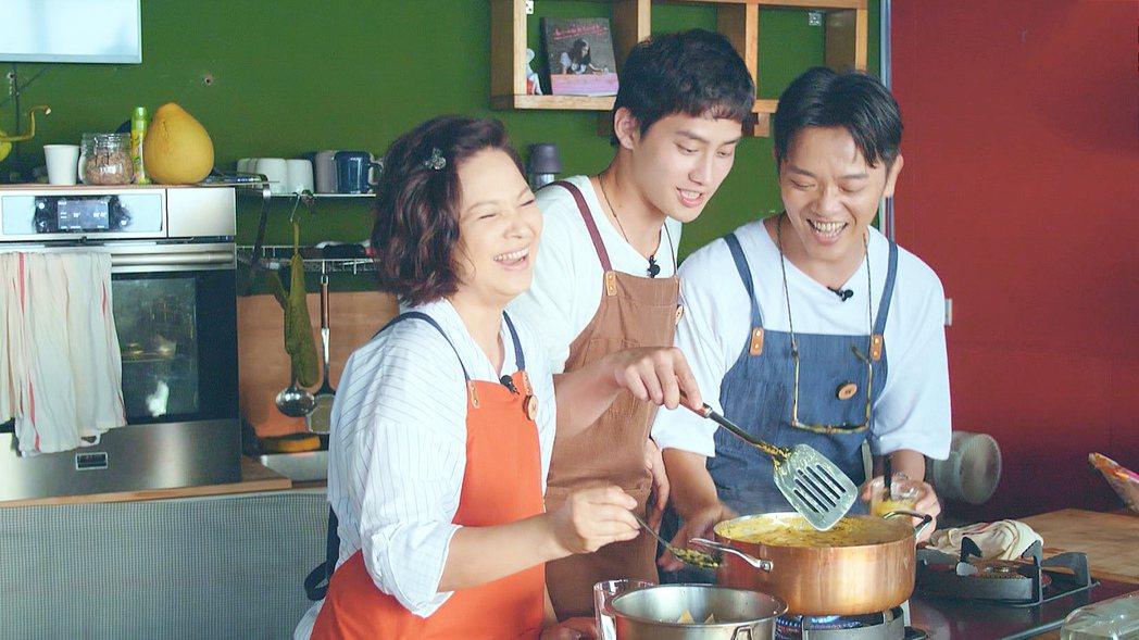 楊貴媚(左起)、范少勳和索艾克主持「阮三个」。圖/公視提供